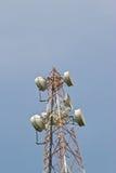 Antenne del riflettore parabolico con cielo blu immagini stock