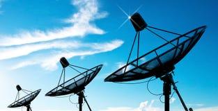 Antenne del riflettore parabolico sotto il cielo Fotografia Stock