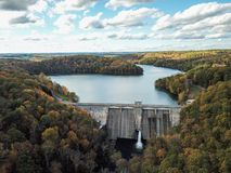 Antenne der hübschen Jungen-Reservoir-Verdammung in Hampstead, Maryland während lizenzfreies stockbild