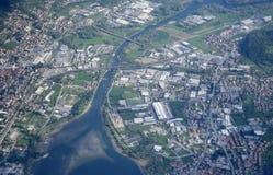 Antenne der industriellen Ausbreitung nahe dem Adda-Fluss, Calolziocorte, Italien stockfoto