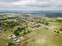 Antenne der kleinen ländlichen Stadt von Sommerville, Texas Next in der Wette Stockbilder