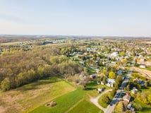 Antenne der Kleinstadt umgeben durch Ackerland in Shrewsbury, P Lizenzfreies Stockfoto