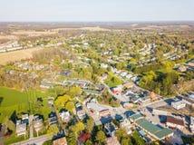Antenne der Kleinstadt umgeben durch Ackerland in Shrewsbury, P Lizenzfreie Stockbilder