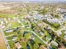 Antenne der Kleinstadt umgeben durch Ackerland in Shrewsbury, P Stockfoto