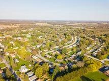 Antenne der Kleinstadt umgeben durch Ackerland in Shrewsbury, P Stockfotografie