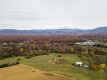 Antenne der Kleinstadt von Elkton, Virginia im Shenandoah V stockfotos