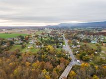 Antenne der Kleinstadt von Elkton, Virginia im Shenandoah V lizenzfreies stockbild
