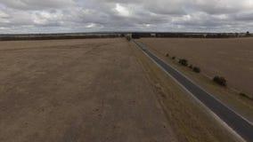 Antenne der Landstraße durch Ackerlande in Australien stock video footage