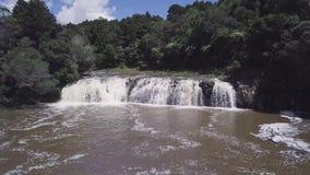 Antenne, der langsame Wasserfall ziehen herein, 4k stock footage