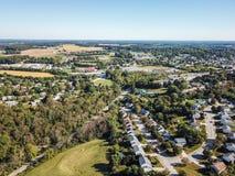 Antenne der neuen Freiheit und des umgebenden Ackerlands in Süd-Penns Stockfotografie