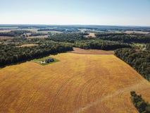 Antenne der neuen Freiheit und des umgebenden Ackerlands in Süd-Penns Stockbilder