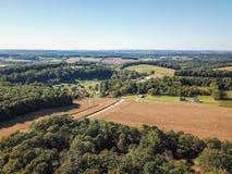 Antenne der neuen Freiheit und des umgebenden Ackerlands in Süd-Penns Lizenzfreie Stockbilder