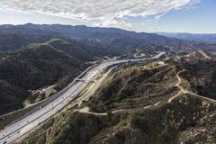 Antenne der Newhall-Durchlauf-und des Goldstaat-5 Autobahn in Los-ANG Lizenzfreie Stockfotografie