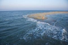 Antenne der Paare auf Strand. stockfotografie