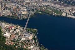 Antenne der Straßenbrücke über Adda-Fluss, Lecco, Italien Lizenzfreie Stockfotos