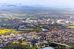Antenne des Ackerlands und der Industrieanlage von Frankfurt Hoechst, Mikrobe Stockbilder