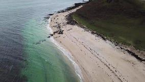 Antenne des Clagain Coral Beach auf der Insel von Skye - Schottland stock video