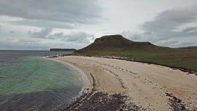 Antenne des Clagain Coral Beach auf der Insel von Skye - Schottland stock footage