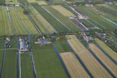 Antenne des fermes modernes avec les panneaux solaires sur le toit dans le paysage néerlandais de pré images stock