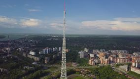 Antenne des Fernsehturms am Herbst Draufsicht des Fernsehturms in der Stadt lizenzfreie stockbilder