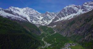 Antenne des großen Berges in den italienischen Alpen herein ziehen stock video footage