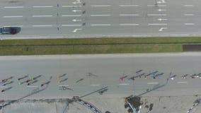 Antenne des Gruppe von Personenen-Betriebs am Sport laufen Marathon auf den Straßen der Stadt stock video footage