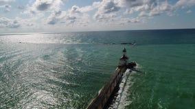 Antenne des Leuchtturmes und des Bootes 60fps stock footage