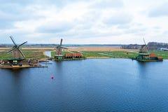 Antenne des moulins à vent traditionnels chez Zaanse Schans dans le bas Images libres de droits