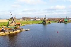 Antenne des moulins à vent traditionnels chez Zaanse Schans le bas Photo libre de droits