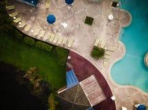Antenne des Pools in einer Hotel-Entwicklung lizenzfreie stockfotos