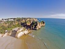 Antenne des roches et océan aux très Irmaos de Praia dans le port d'Algarve Photo libre de droits