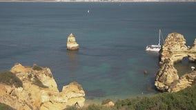 Antenne des roches naturelles près de Lagos dans l'Algarve Portugal clips vidéos