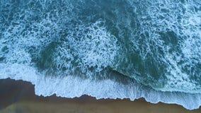 Antenne des sandigen Strandes, der durch Türkismeereswellen in Sri Lanka gewaschen wird stock footage
