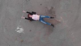 Antenne des verketteten aufgefangenen Frauenkonzeptes, das wie tragende Blue Jeans der Schauspielerinvertretungs-Flagge und rosa  stock video