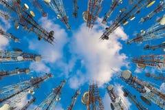 Antenne des zellulären Handys und der Kommunikationssystemturm wi stockfotos