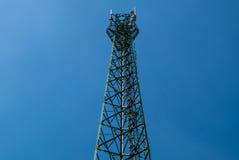 Antenne di comunicazioni contro cielo blu Fotografia Stock Libera da Diritti