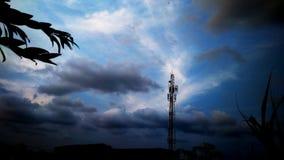 Antenne di comunicazioni contro cielo blu Via di Menceng jakarta fotografie stock