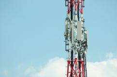 Antenne di telecomunicazione all'aperto sulla costruzione alta del palo del metallo Fotografie Stock Libere da Diritti