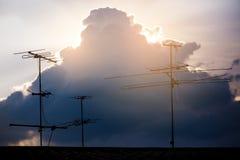 Antenne di televisioni con il cielo nuvoloso di tramonto fotografia stock