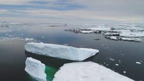 Antenne die Antarktis-iecberg Flossozean-des offenen Wassers stock footage