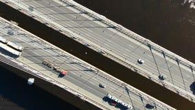 Antenne die over de kabel-gebleven brug, uitzoomen van de auto's over de rivier schieten stock footage