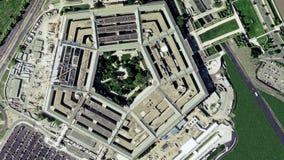 Antenne die schot van het Pentagoongebouw vestigen stock footage