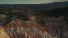 Antenne die van het nationale park van de brycecanion over lage heuvels wordt geschoten stock video