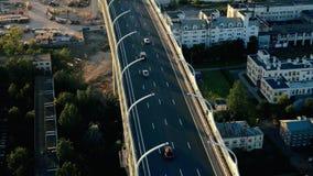 Antenne die van het vliegende verkeer van de hommelauto op moderne wegbrug schieten over overzees stock videobeelden