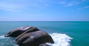 Antenne: Die Wellen werden oben gewaschen und stießen herauf einen großen Felsen im Meer stock video footage