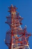 Antenne du bâtiment de communication et du ciel bleu Photo libre de droits