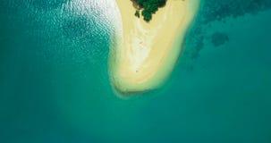Antenne: Ein Paar nimmt auf einer einsamen Insel auf dem Strand allein ein Sonnenbad stock video footage