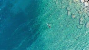 ANTENNE: ein Personentaucher-Schwimmenfischen im haarscharfen Mittelmeer, tief blaues transparentes Wasser, Sommersportferien c stock video footage