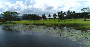 Antenne: Eine Ansicht des Golfplatzes und des kleinen Sees von einem Poollandhaus stock video
