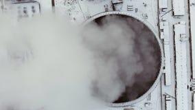 Antenne eines Kohlenfeuer-Kraftwerks Beschneidungspfad eingeschlossen stock footage
